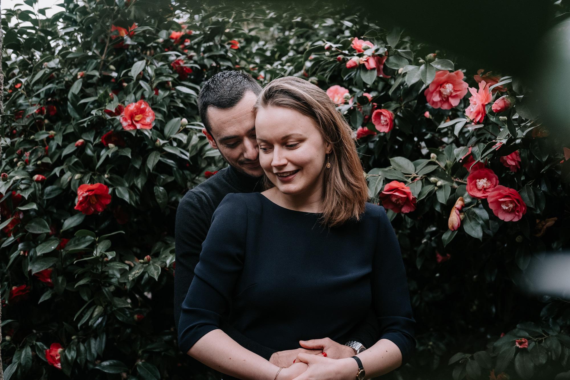 photo d'un couple devant des camélias au jardin des plantes de Nantes