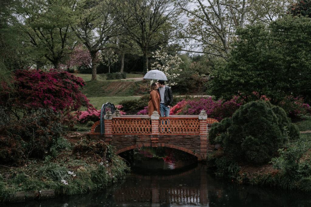photo de couple dans le parc de la beaujoire un jour de pluie