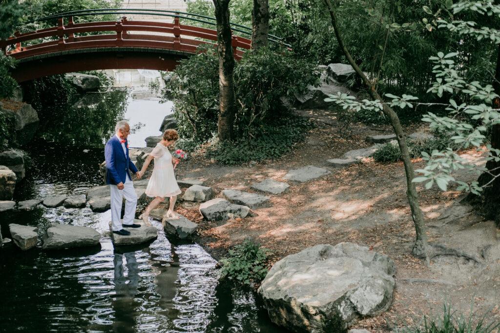 couple de mariés agés pendant leur séance de mariage