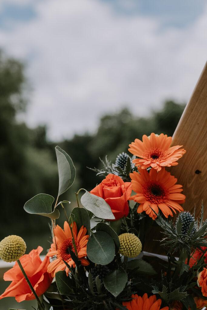 détail mariage - fleurs oranges et eucalyptus Nantes