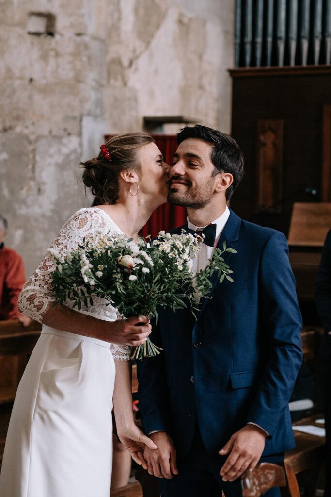 la mariée retrouve le mariée à l'église - photographe mariage vendée