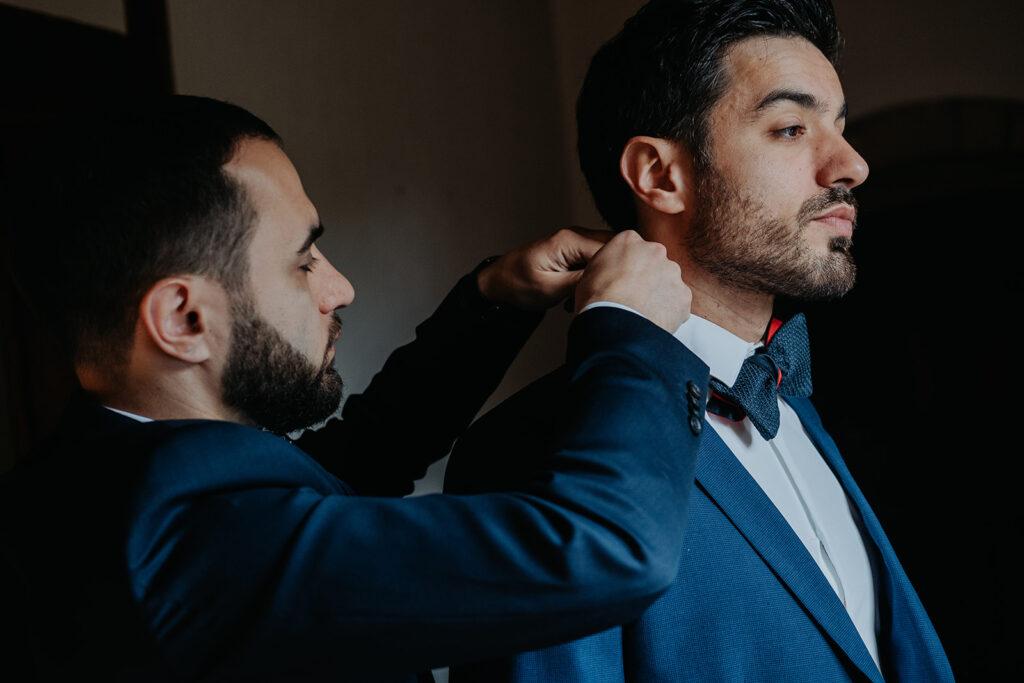 Préparatifs du marié avec son témoin - le nœud papillon